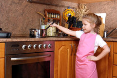 Muchacha en la cocina Imagenes de archivo