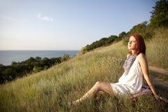 Muchacha en la colina en salida del sol. Fotos de archivo