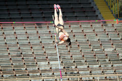 Muchacha en la competición del salto con pértiga Imágenes de archivo libres de regalías