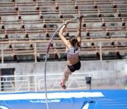 Muchacha en la competición del salto con pértiga Foto de archivo libre de regalías