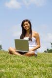 Muchacha en la computadora portátil Fotografía de archivo libre de regalías