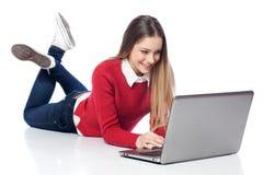 Muchacha en la computadora portátil Fotos de archivo