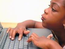 Muchacha en la computadora portátil/el cuaderno Imagen de archivo