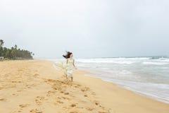 Muchacha en la costa de la isla hermosa Fotos de archivo