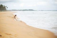 Muchacha en la costa de la isla hermosa Imagen de archivo libre de regalías