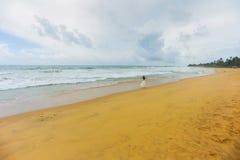Muchacha en la costa de la isla hermosa Foto de archivo libre de regalías