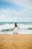 Muchacha en la costa de la isla hermosa Imagenes de archivo