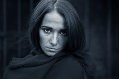 Muchacha en la depresión en fondo oscuro Fotos de archivo