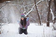 Muchacha en la diversión del bosque del invierno Fotos de archivo libres de regalías