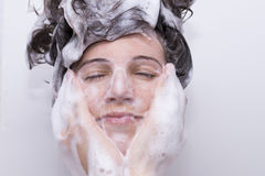 Muchacha en la ducha Imágenes de archivo libres de regalías