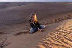 Muchacha en la duna de arena Fotografía de archivo libre de regalías