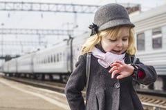 Muchacha en la estación de tren Imagen de archivo libre de regalías