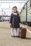 Muchacha en la estación de tren Imagen de archivo