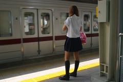 Muchacha en la estación de tren de Tokio Imagen de archivo