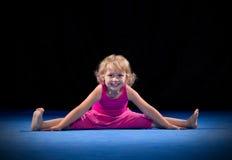 Muchacha en la estera del deporte Imagen de archivo libre de regalías