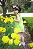 Muchacha en la flor garden4 Imagen de archivo libre de regalías