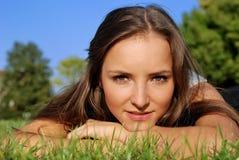 Muchacha en la hierba Imagen de archivo