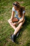 Muchacha en la hierba Fotografía de archivo libre de regalías
