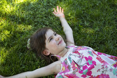 Muchacha en la hierba Imagenes de archivo