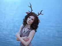 Muchacha en la imagen de un fauno, de un traje y de un maquillaje de un ciervo, un carácter fantástico del alcohol del bosque en  fotos de archivo libres de regalías