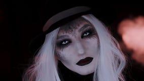 Muchacha en la imagen de un sombrero de la bruja Fondo negro metrajes