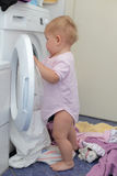 Muchacha en la lavadora fotos de archivo