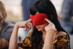 Muchacha en la máscara que juega al juego de la mafia Fotografía de archivo libre de regalías