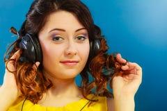 Muchacha en la música que escucha mp3 de los auriculares grandes que se relaja Imagen de archivo libre de regalías