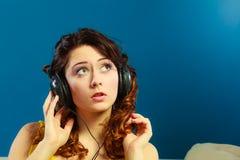 Muchacha en la música que escucha mp3 de los auriculares grandes que se relaja Fotografía de archivo libre de regalías