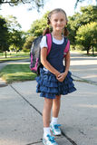 Muchacha en la manera a la escuela. Imagen de archivo