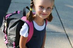 Muchacha en la manera a la escuela. Imagenes de archivo