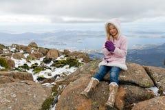 Muchacha en la montaña Fotos de archivo