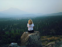 Muchacha en la montaña fotografía de archivo