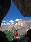 Muchacha en la montaña de la cueva Foto de archivo