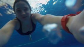 Muchacha en la natación del bañador debajo de la piscina del gopro del agua almacen de metraje de vídeo