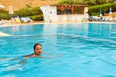 Muchacha en la natación del traje de baño en la piscina, Bali, Creta Fotografía de archivo