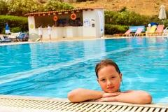 Muchacha en la natación del traje de baño en la piscina, Bali, Creta Imágenes de archivo libres de regalías