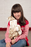 Muchacha en la Navidad con el regalo Fotos de archivo libres de regalías