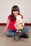 Muchacha en la Navidad con el regalo Imágenes de archivo libres de regalías