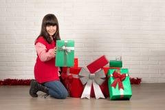Muchacha en la Navidad con las cajas de regalo Fotos de archivo