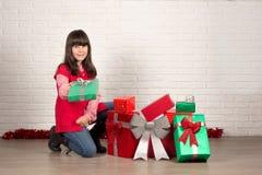 Muchacha en la Navidad con las cajas de regalo Imágenes de archivo libres de regalías