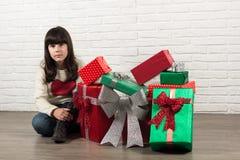 Muchacha en la Navidad con las cajas de regalo Foto de archivo libre de regalías