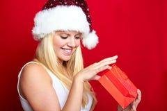 Muchacha en la Navidad con los regalos Imagenes de archivo