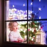Muchacha en la Nochebuena Imagen de archivo libre de regalías