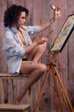 Muchacha en la pintura con los cepillos Fotografía de archivo libre de regalías