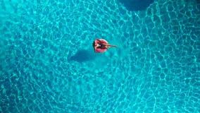 Muchacha en la piscina con un círculo inflable almacen de video