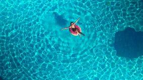 Muchacha en la piscina con un círculo inflable metrajes