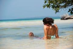 Muchacha en la playa Foto de archivo