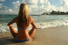 Muchacha en la playa. Fotos de archivo libres de regalías