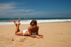 Muchacha en la playa Foto de archivo libre de regalías
